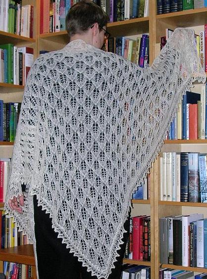 Bladmönstrad sjal